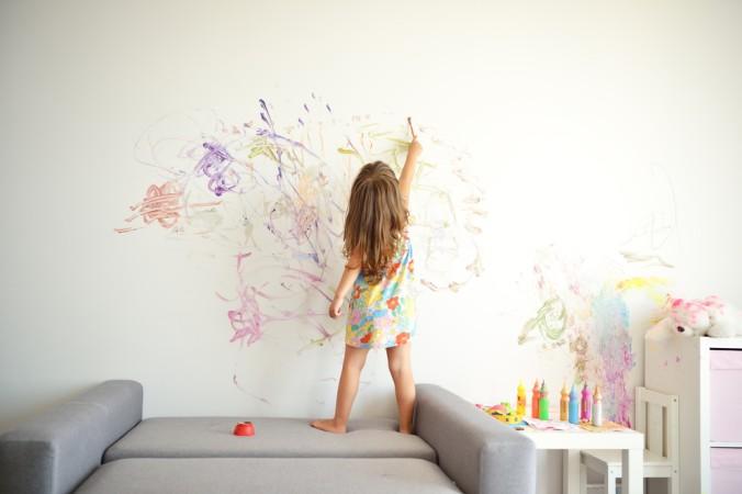 Wie sehr die Kinder das Malen lieben, kann man an der ein oder anderen Hauswand erkennen. Es gibt nichts schöneres, als in den eigenen 4 Wänden heimlich kreativ zu sein! Kaum ein Wohnzimmer oder Kinderzimmer bleibt in einem Kinderhaushalt verschont. (#1)