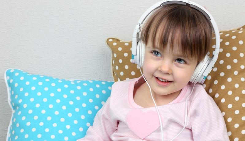 Was zuhause funktioniert, stellt die Kinder auch auf Reisen ruhig. Hörbücher und Musik sorgen für Abwechslung. Wenn der Nachwuchs Kopfhörer aufsetzt, dann fühlen sich die anderen im Auto oder im Zug nicht gestört. (#01)