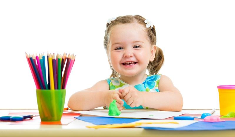 Kinder freuen sich über Anregungen zum Basteln, auf die man auch bei Flug- oder Bahnreisen nicht verzichten muss. Der kreative Nachwuchs fühlt sich in seinen Ideen bestärkt, wenn die selbst gebastelten Dinge gleich danach als Spielzeug verwendet werden können. (#03)