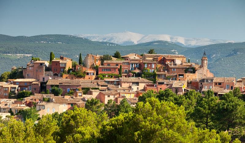 """Der Berggipfel ist schon aus der Ferne zu sehen, doch beim Urlaub in der Nähe des Mont Ventoux lernt man diesen """"windigen Berg"""" aus nächster Nähe kennen. Es muss also nicht unbedingt die Villa am Meer sein, denn auch ein Ferienhaus in den provencalischen Bergen kann alle Bedürfnisse erfüllen. (#02)"""