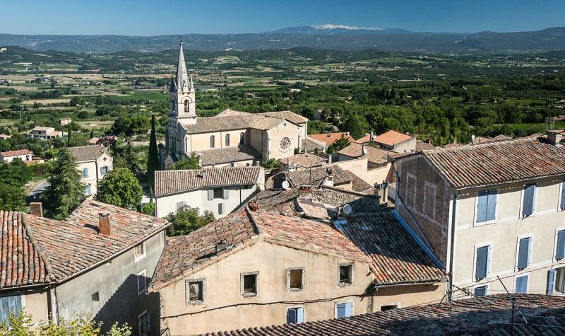 Ein paar Nächte oder mehrere Wochen: Der Urlaub bietet sich für außergewöhnliche Erlebnisse an, für Erkundungstouren und zum Sprachenlernen. Um die französischen Sprachkenntnisse zu verbessern, wohnt man beispielsweise in einem der schönen Ferienhäuser beim Mont Ventoux. (#01)