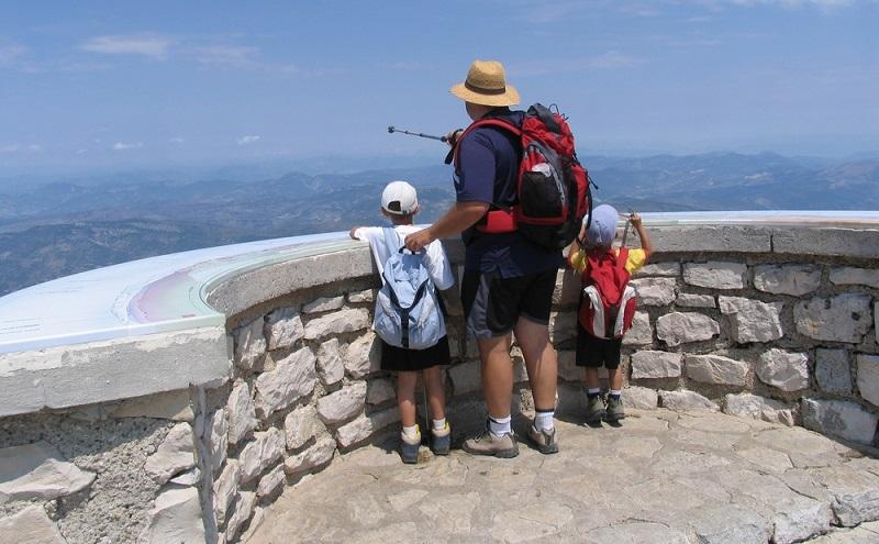 Für die Tour auf den Mount Ventoux sollte man eine gewisse Ausdauer haben, darum sollte man diese nicht mit Kleinkindern planen. Es gibt eine leichte Strecke, die an tollen Aussichtspunkten vorbei kommt. Von der Bergspitze aus ist der Ausblick natürlich besonders gewaltig.(#03)