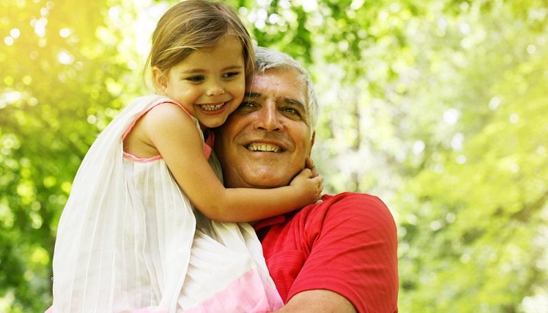 Familien mit Kindern freuen sich, wenn die Großeltern die Kleinen mal aus der Schule abholen. (#03)