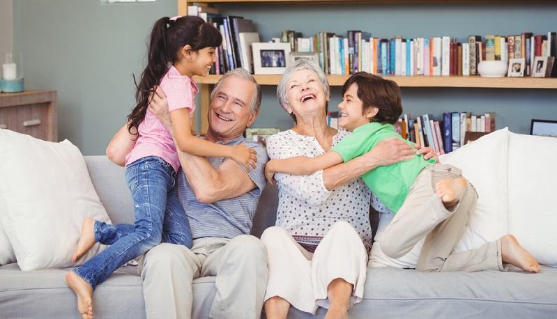 Durch ihre Jobs sind die jungen Eltern meistens ortsgebunden, darum sind es üblicherweise die Großeltern, die sich im Rentenalter umorientieren und nach einer Wohnung suchen. (#01)