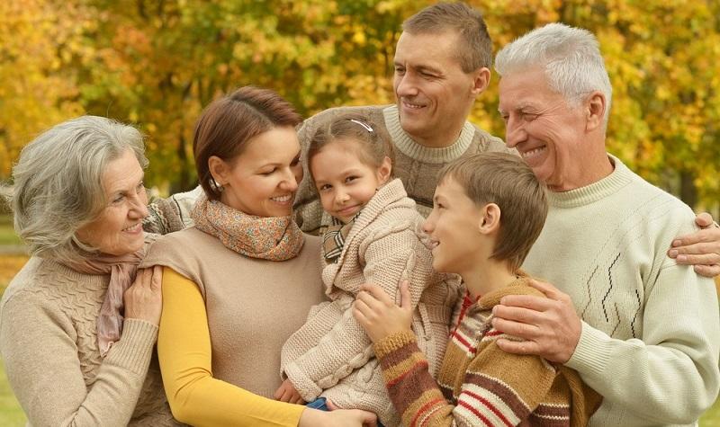 Irgendwann hat man die richtige Wohnung gefunden, bei der die Lage, die Größe und der Schnitt passen. Wenn die Großeltern damit zufrieden sind, unterschreiben sie den Mietvertrag und der Umzug beginnt. Möglicherweise liegt das Objekt sogar in der gleichen Straße oder im gleichen Mehrfamilienhaus. (#02)