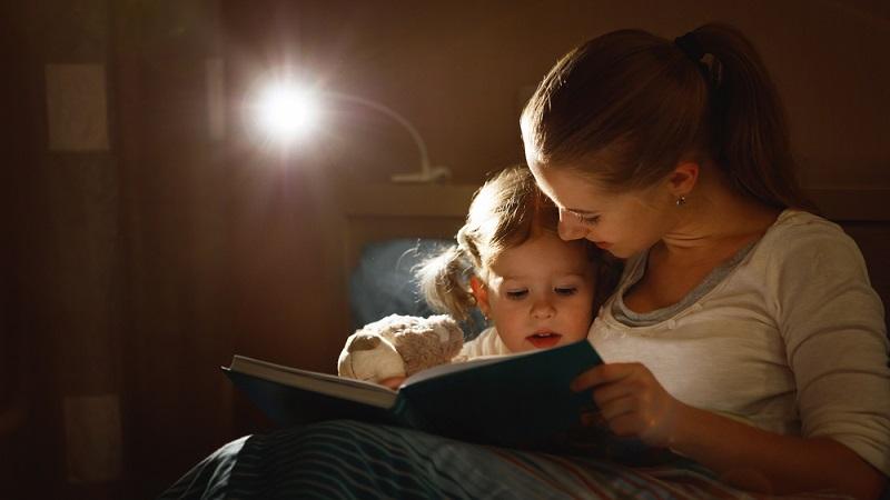 Es sind nicht die Kleinen sondern die Eltern, die den Rhythmus des Tages bestimmen und damit auch festlegen, wann Schlafenszeit ist. Niemals sollten sich Eltern von ihren Liebsten den Tag – und damit auch die Nacht – diktieren lassen. (#02)