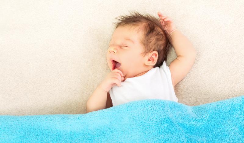 Sind die Zeichen für Müdigkeit vorhanden, sollte das Baby in sein Bettchen gelegt werden.