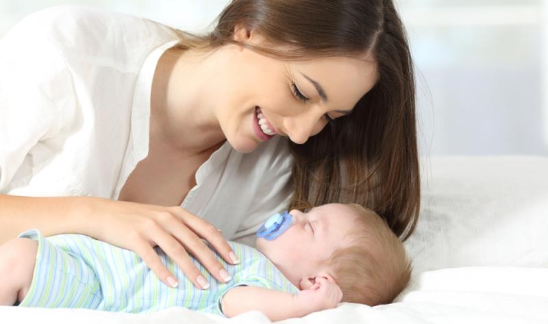 Der Schlafrhythmus eines Babys variirt. Die unterschiedlichen Schlafmuster sind angeboren.