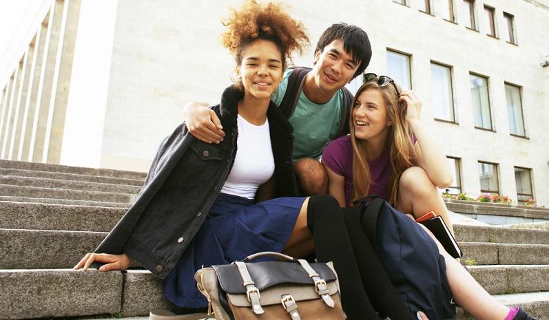 Eine weitere Möglichkeit besteht darin, eine Berufsvorbereitende Bildungsmaßnahme zu absolvieren. Diese bietet die Agentur für Arbeit an. Sie richtet sich ebenfalls an junge Menschen, die keine Ausbildungsstelle gefunden haben. (#04)