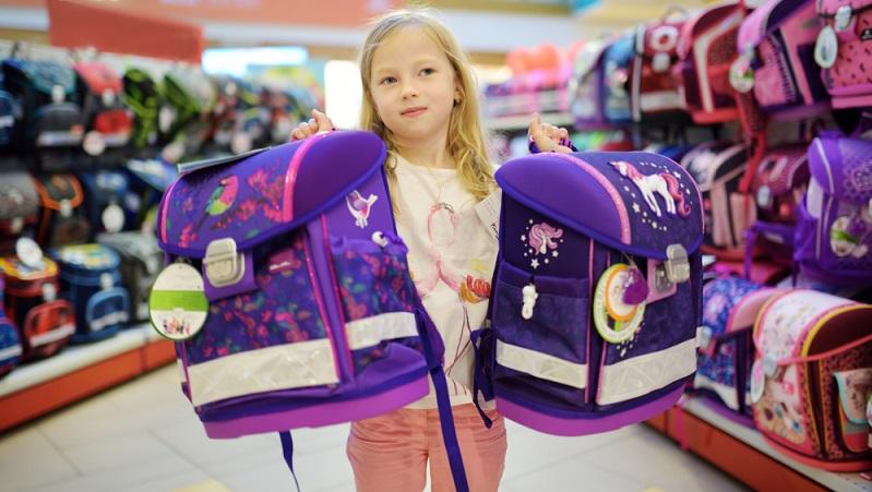 Wenn man einen modernen Schulranzen kaufen will, stellen Eltern oft überrascht fest, dass sich die Tornister seit den eigenen Kindertagen stark weiterentwickelt haben.