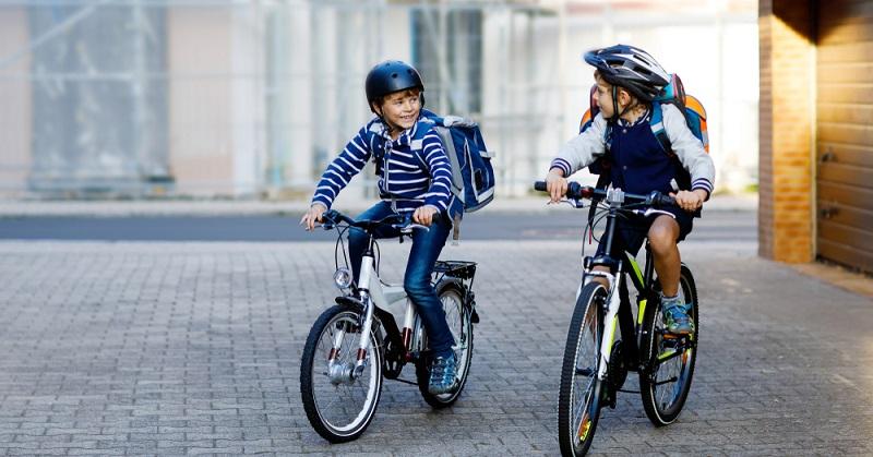 Das Fahrrad stellt eine praktische Möglichkeit dar, um schnell zur Schule zu gelangen. Allerdings ist dieses Fortbewegungsmittel für Kinder im Grundschulalter noch nicht geeignet – zumindest nicht in den ersten Jahren.