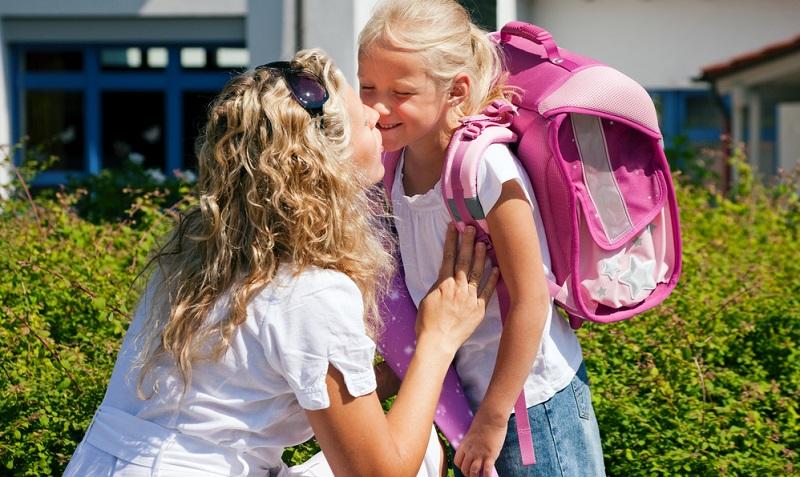 Nachdem die Kinder eingeschult wurden, begleiten die Eltern sie in der Regel während der ersten Wochen zur Schule.