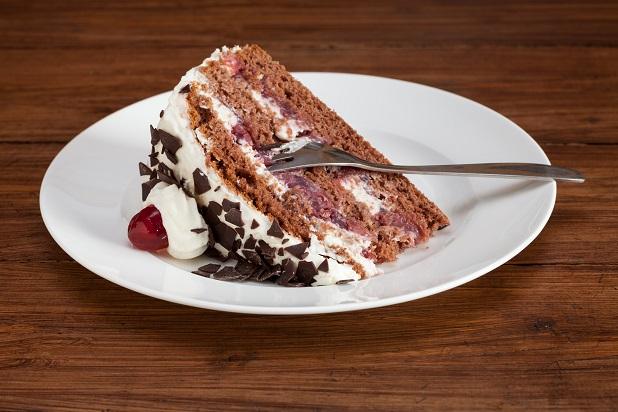 Je nach Geschmack und Geschick kann schließlich die Torte mit Sahnerosetten aus dem Spritzbeutel und Deko-Kirschen belegt werden. (#02)