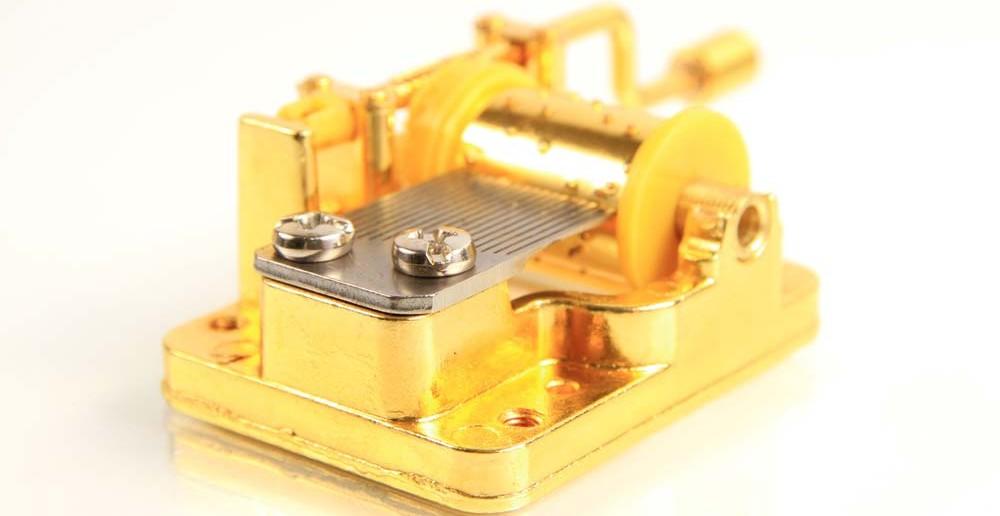 7. Tipp für Taufgeschenke: eine Spieluhr hat viel Beschauliches und fasziniert Kinder seit Generationen. Das metallene Schlagen des Spielwerks kann man schon als liebevolles und romantisches Geschenk zur Taufe ansehen.