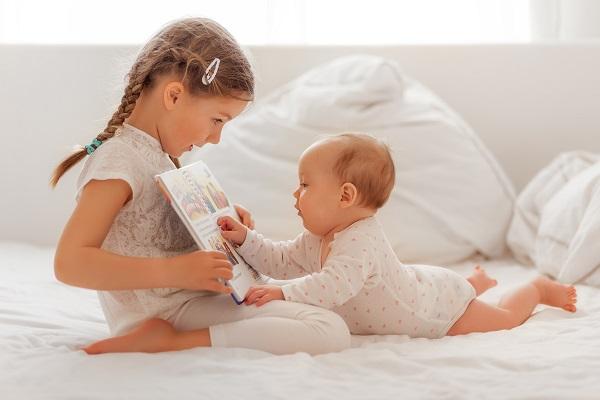 Durch das Vorlesen lernt ein kleines Kind und sogar ein Baby die Struktur der Sprache kennen.