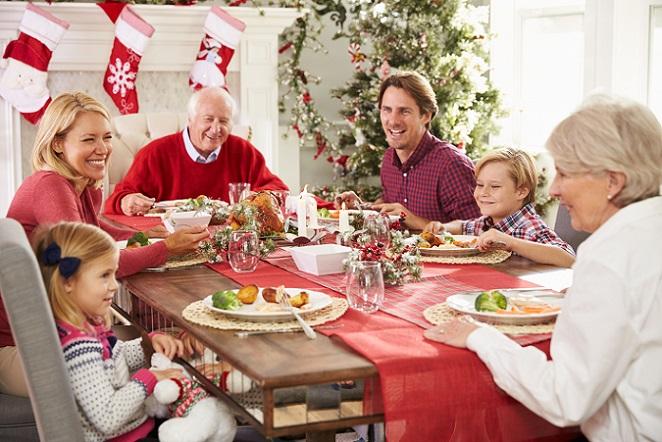 Gleichzeitig können auf dem Adventsmarkt auch viele wunderbare Dinge gekauft werden: Ob gebastelte Dekogegenstände oder vielleicht sogar der Weihnachtsbaum für die heimischen vier Wände – die Auswahl ist auf dem Weihnachtsmarkt riesig! (#02)