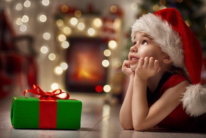 Das Christkind oder der Weihnachtsmann war da? Bei der Bescherung am Heiligen Abend werden die Kinderaugen groß: Was versteckt sich wohl in den bunt eingepackten Päckchen? (#05)